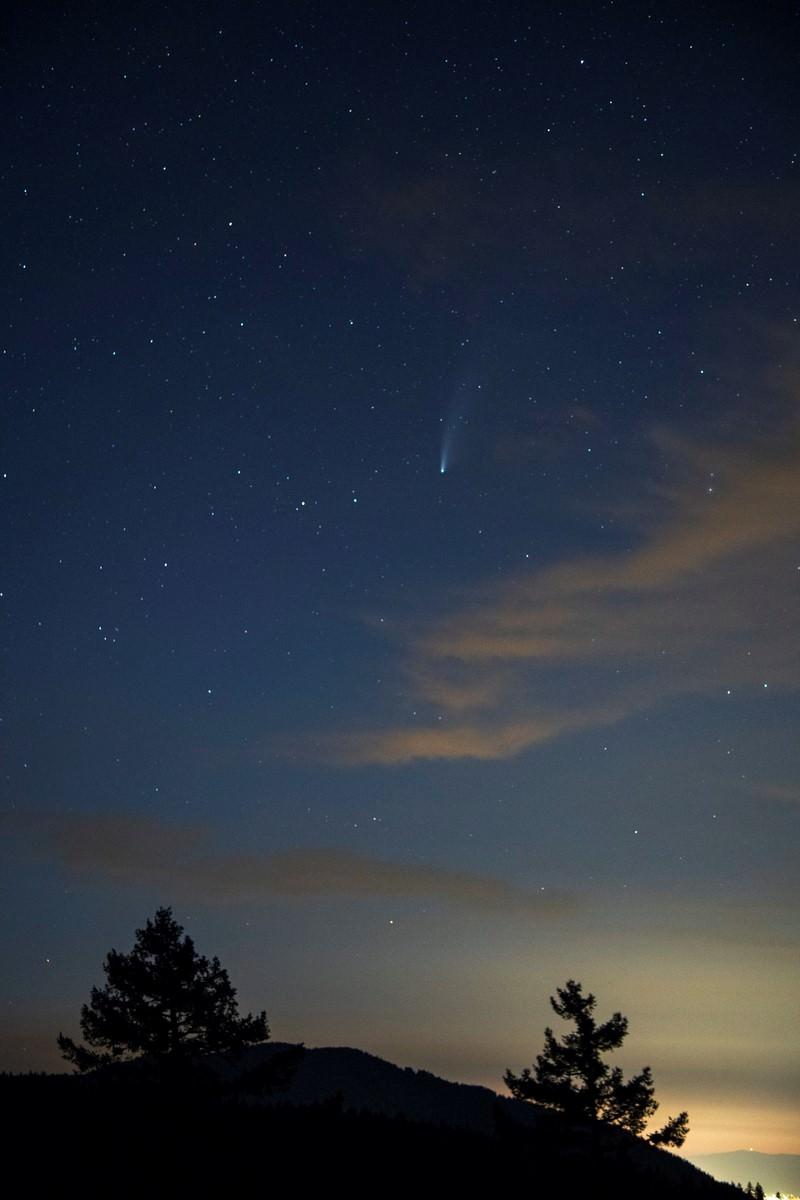O cometa Neowise é visto atravessando o espaço a partir do Monumento Nacional Cascade-Siskiyou, no sudoeste do Oregon, em 21 de julho de 2020. Foto BLM: Kyle Sullivan/via Fotos Públicas.