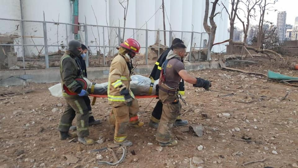 Bombeiros, evacuação e resgate no local da explosão no porto de Beirute. Foto: CivilDefenseLB/via Fotos Públicas.