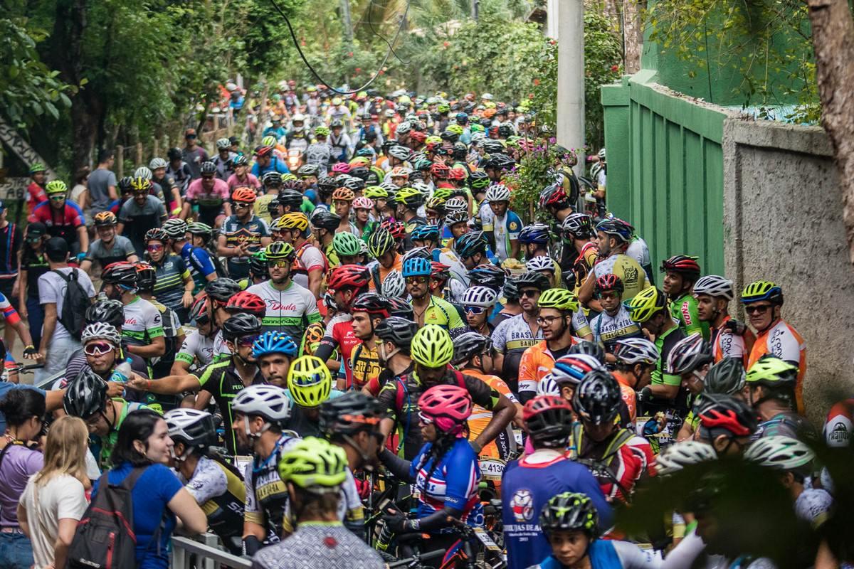 Ciclistas aguardam largada. Foto: Wladimir Togumi / Brasil Ride.