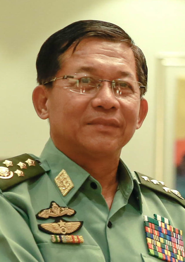 "<span style=""color: #000000;"">Foto:</span> <a href=""https://commons.wikimedia.org/wiki/File:Senior_General_Min_Aung_Hlaing_2017_(cropped).jpg"" target=""_blank"" rel=""nofollow noopener noreferrer"">MARCELINO PASCUA/Presidential Photo</a>, <span style=""color: #000000;"">Public domain, via Wikimedia Commons.</span>"