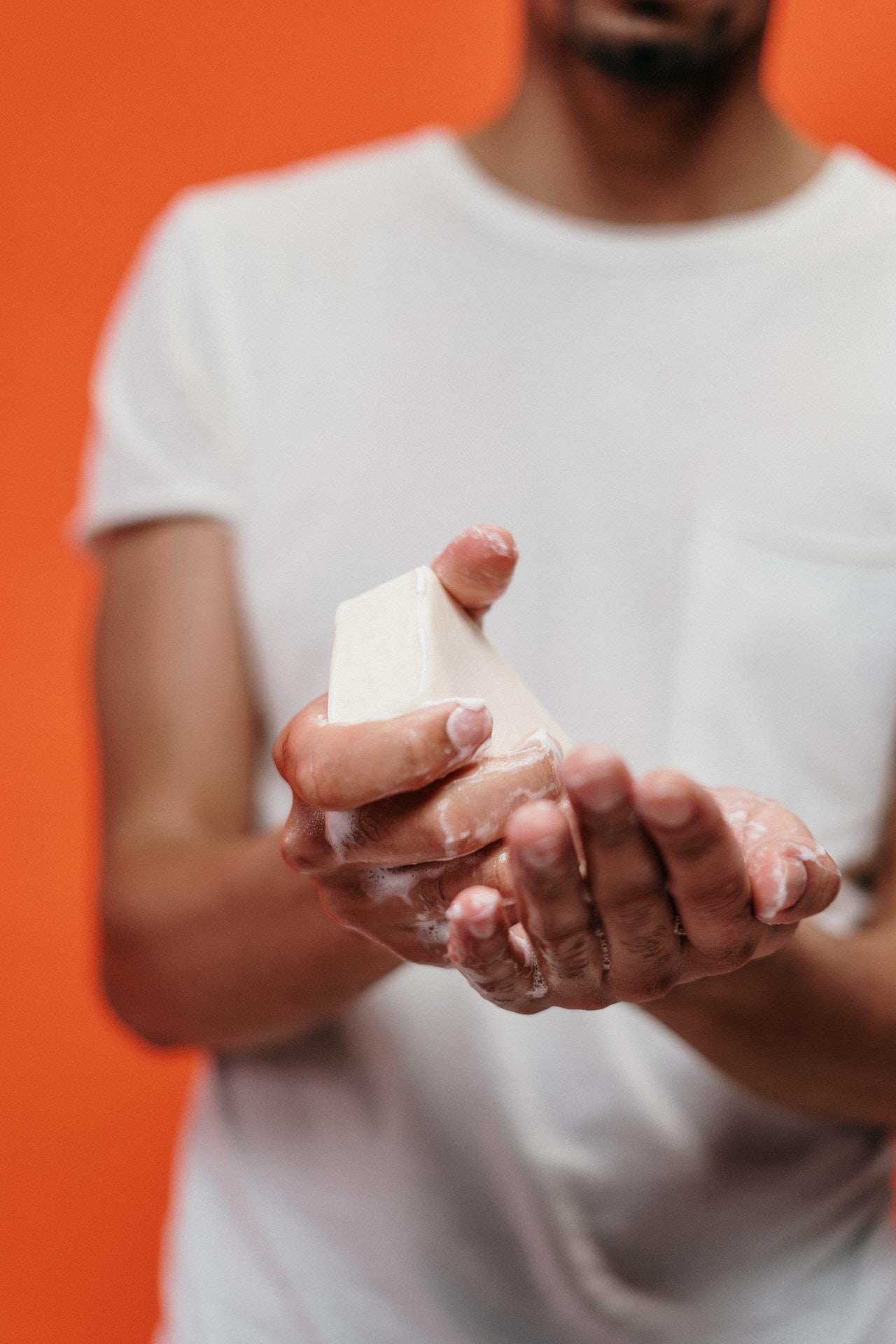 Lavar as mãos com frequência, foto meramente ilustrativa. Foto: cottonbro no Pexels.